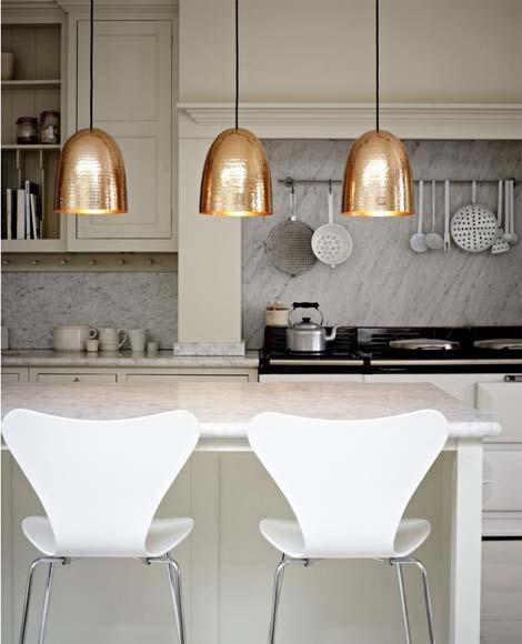 מנורות נחושת במטבח