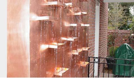 מפלי מים על קיר נחושת