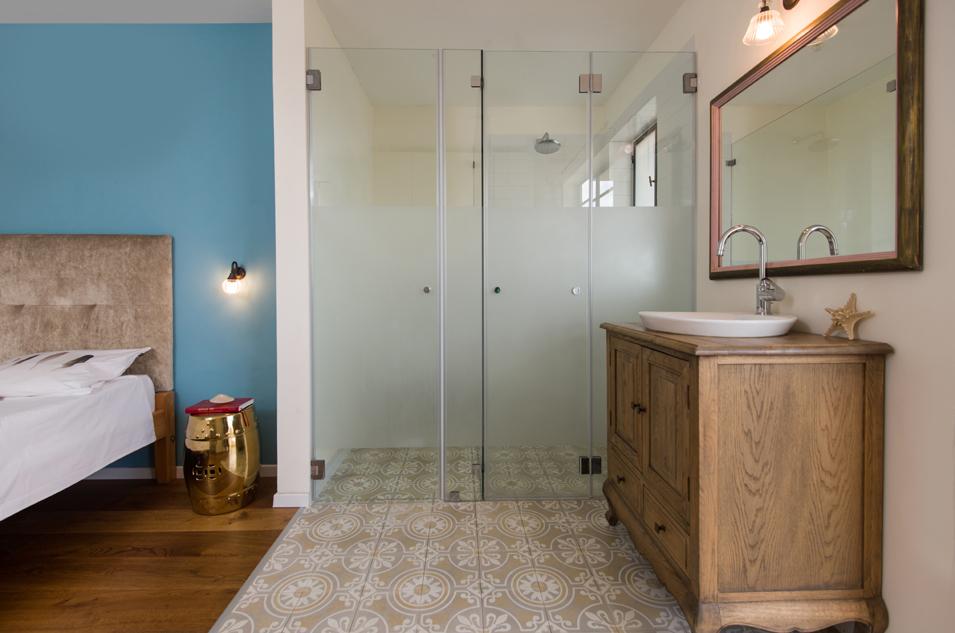 מקלחת בחדר שינה הורים