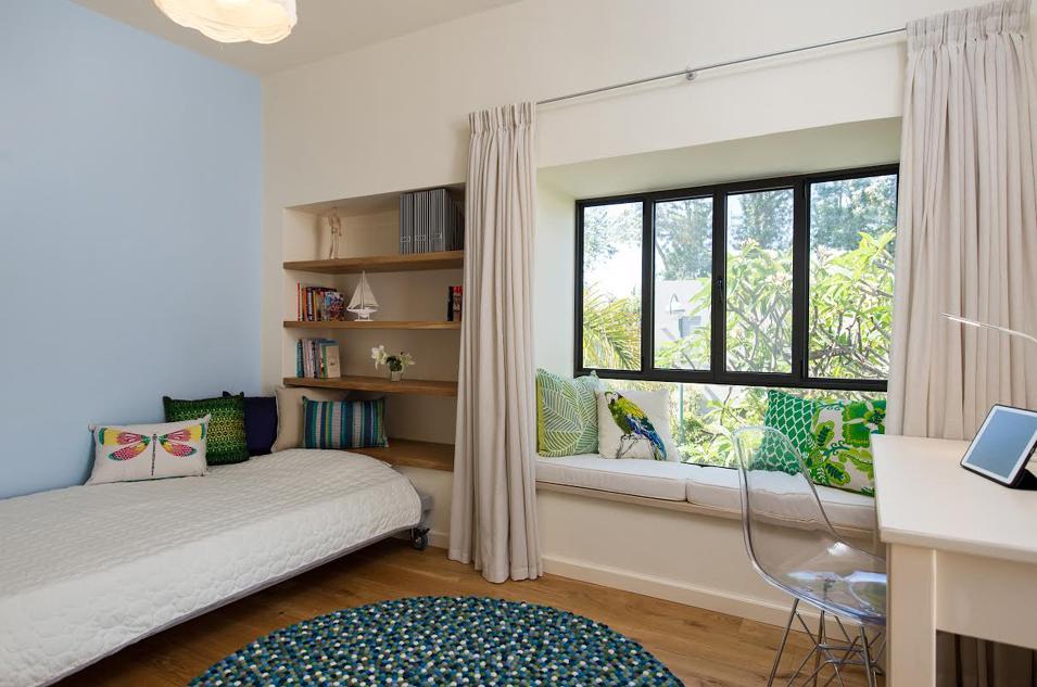 חדר ילדה כחול מהדלת למיטה