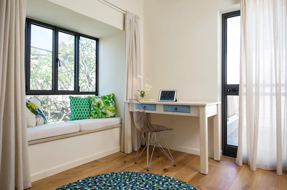 חדר כחול חלון ישיבה ושולחן כתיבה