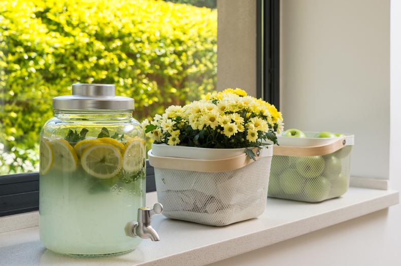 7 לימונדה ופרחים על אדן החלון