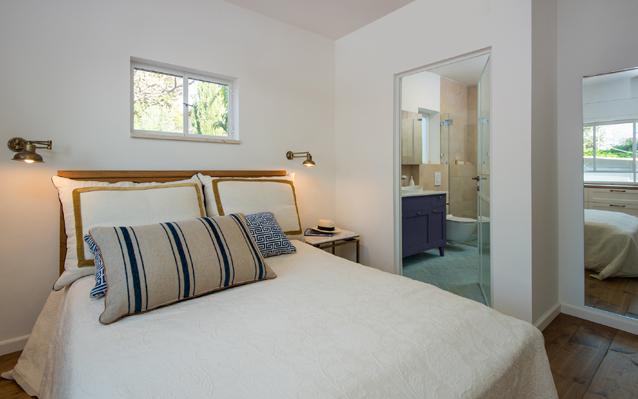 חדר שינה מבט למקלחת