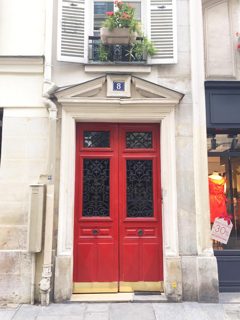 דלת אדומה שמלה אדומה