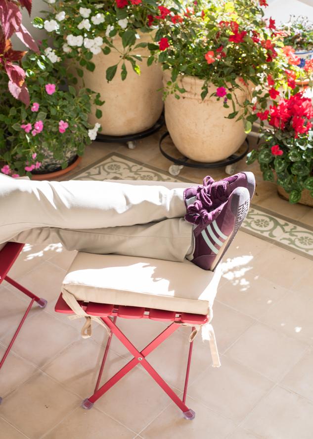 רגליים למעלה במרפסת