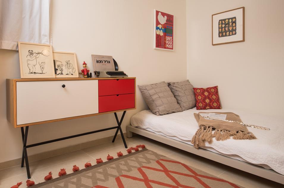 24 חדר עם שידה אדומה